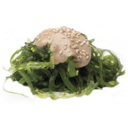 Салат из маринованных водорослей с ореховым соусом
